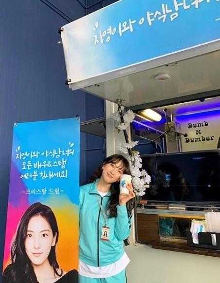 姜智英感谢来自f(x)郑秀晶的应援咖啡车 用近况照片呼吁友情谢谢