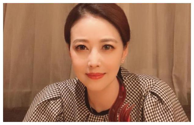 54岁的周海媚遇上54岁的李若彤,一个水嫩如少女,一个却干瘪吓人