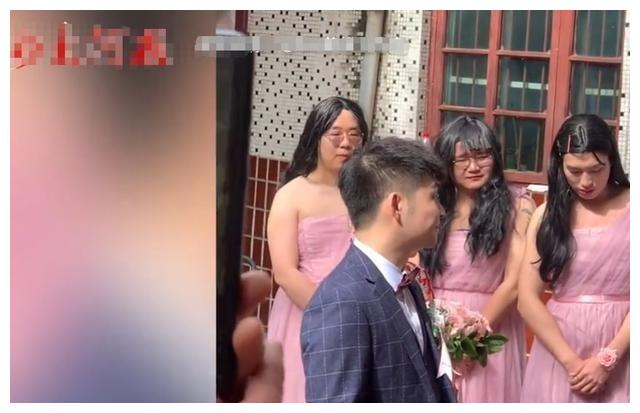"""河南女子结婚请""""特别伴娘"""",现场很娇羞,网友:好歹刮刮胡子"""