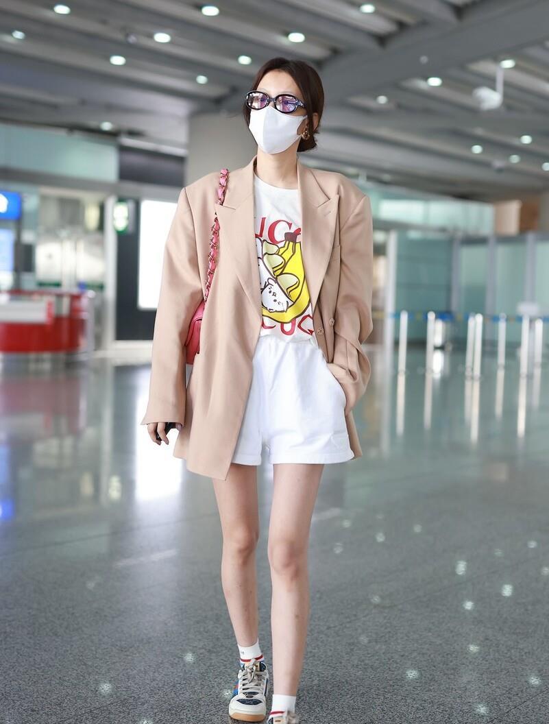 孙怡不愧是时尚辣妈,穿卡通T恤配粉色西服,休闲造型也能秀长腿