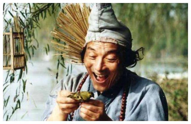 """他是""""济公鼻祖""""游本昌,年轻时颜值吊打小鲜肉,今87成潮流大爷"""