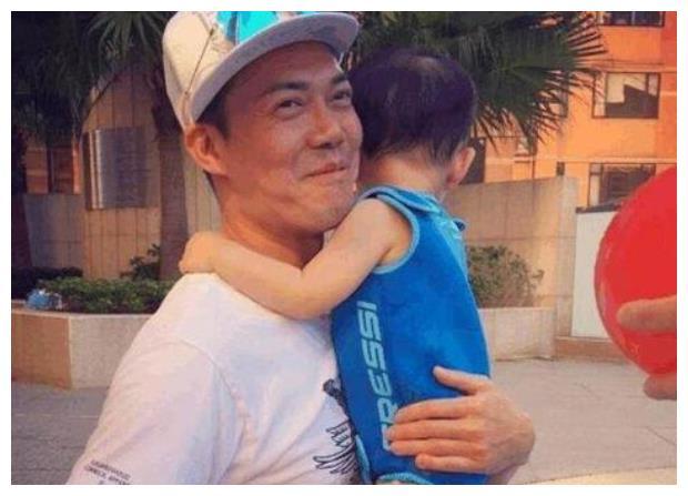 晒晒谢天华在香港的家,51岁才老来得子,院子都改成儿童游乐园了
