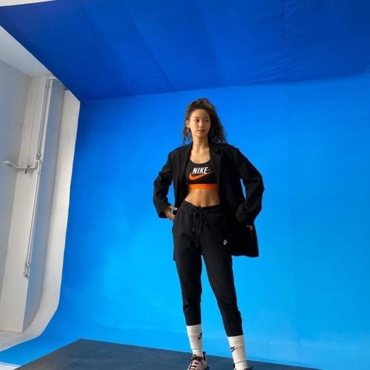 AOA金雪炫展示美丽的腹肌吸引你的视线