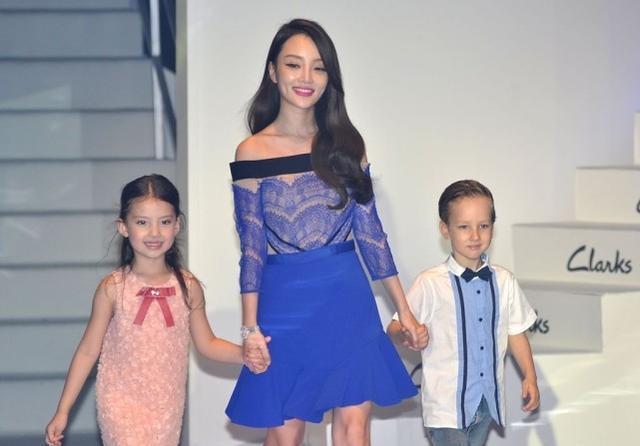李小璐身材真好,穿蓝色短裙还露个肩,长相甜美可不是白来的