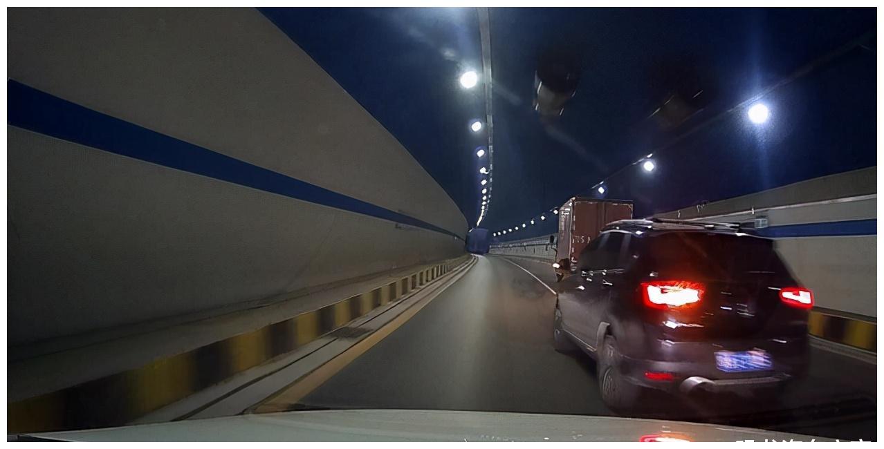 """隧道里两车""""竞赛"""",前后被赶超后奋力追上,致后方车祸"""