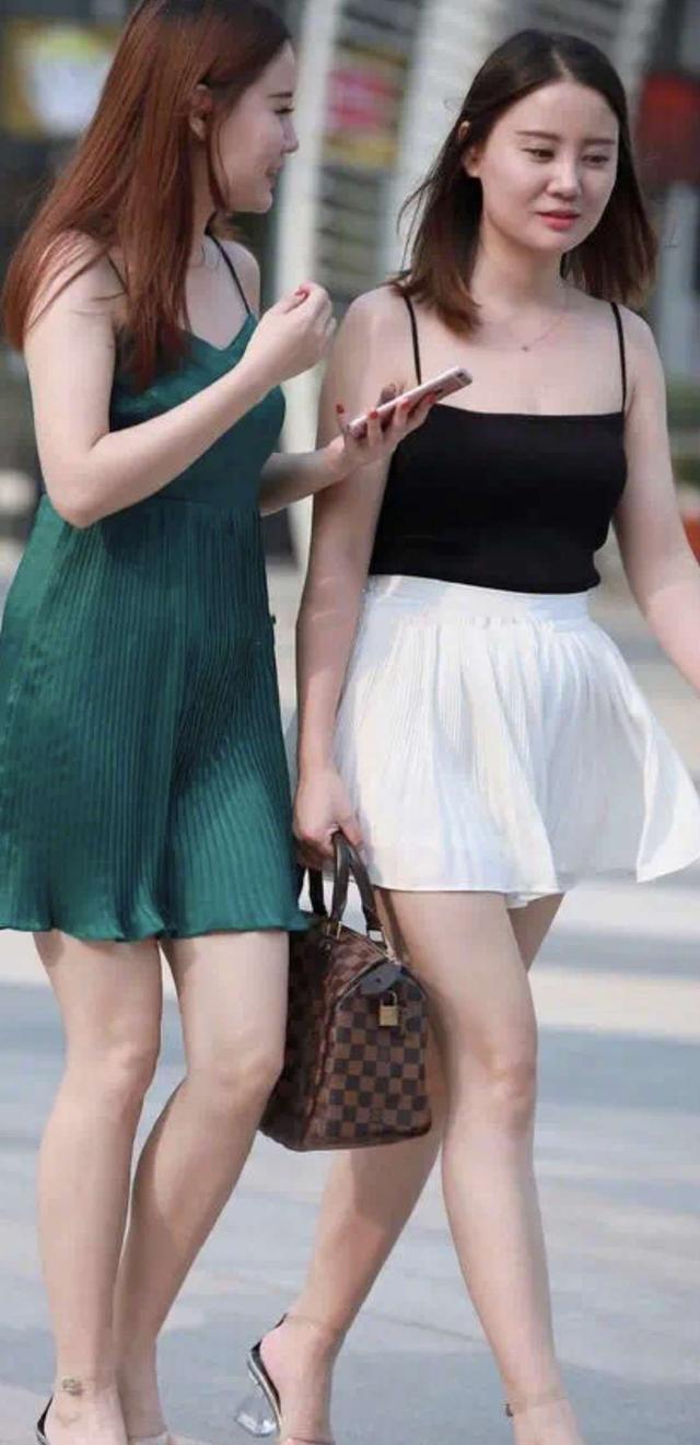 翡翠绿长裙与黑白配短裙,温柔又性感,女神范十足!