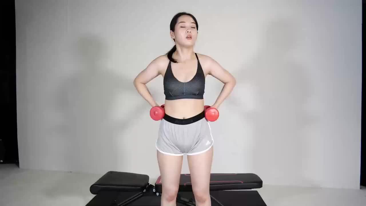 小鱼瑜伽健身课,女生上半身肌肉锻炼,哑铃训练
