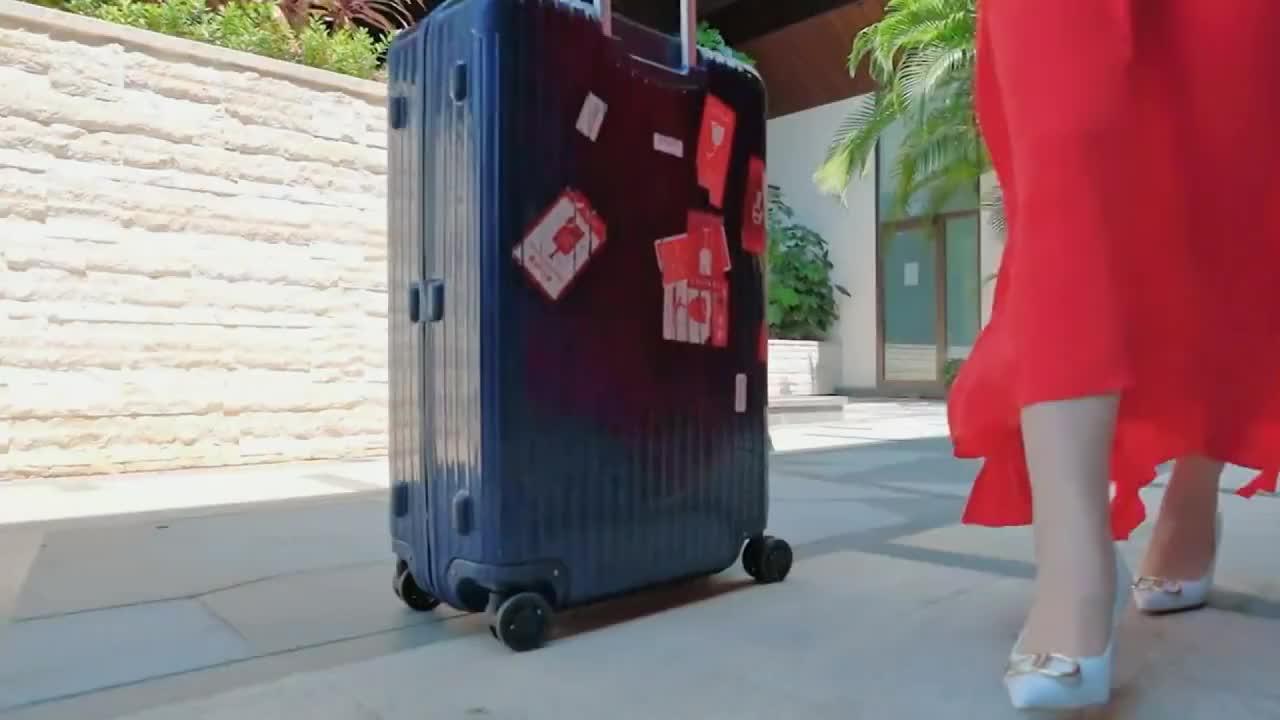 妻子们的单独旅行,秦海璐一席红裙惊艳路人,瞬间碾压其他妻子们
