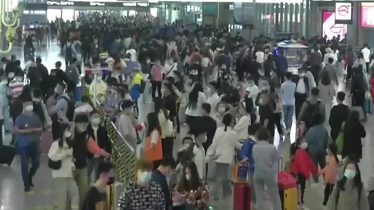 中国超2.3亿人次五一出行,外媒感叹:人好多,真羡慕