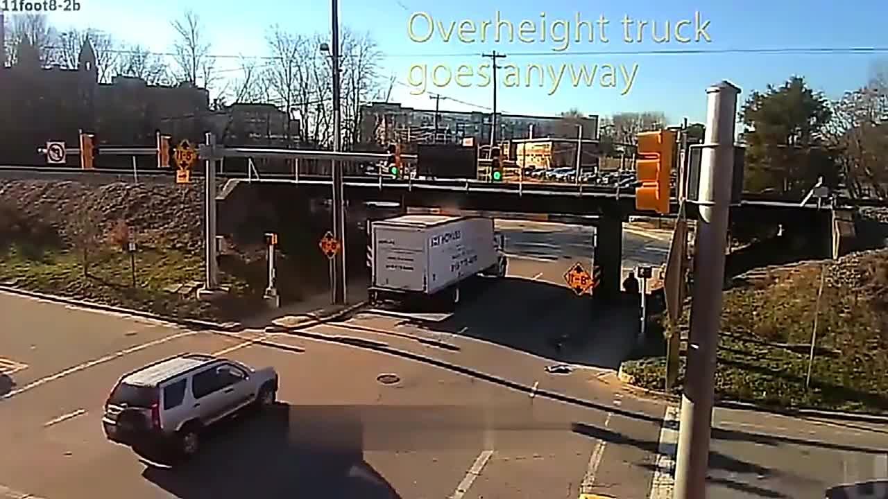 大货车径直冲入限高杆,司机感觉不对劲慌忙倒车,监控拍下全过程
