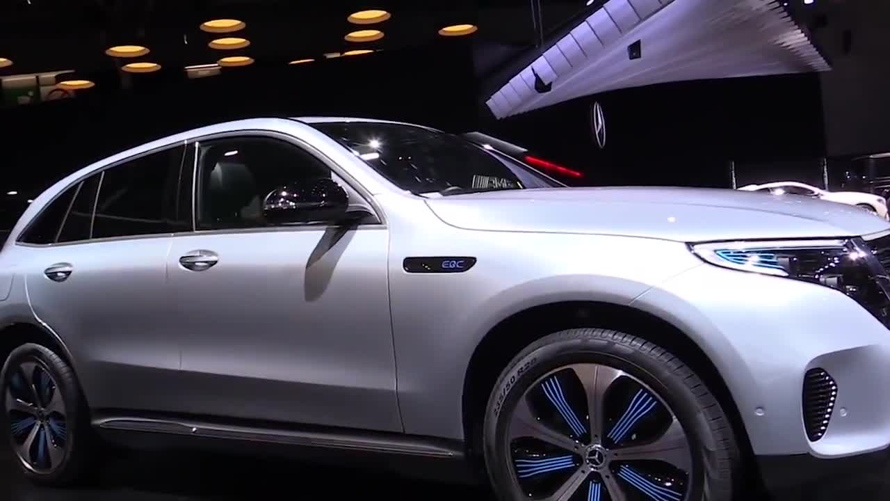 视频:奔驰首款新能源量产车型-EQC亮相巴黎车展,续航450公里