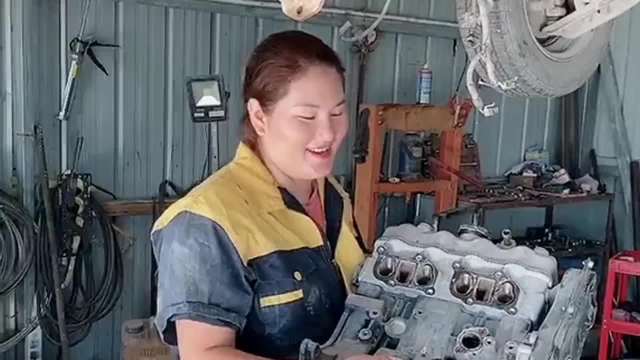 工作娱乐两不误,发动机坏了着急维修,没想到她还有闲心装呆萌!