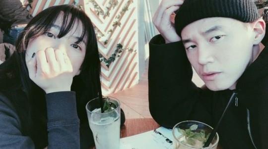 尹胜雅公开与丈夫金武烈关系亲密的照片 不变的爱情
