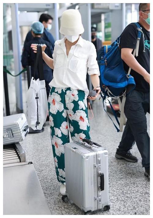 马伊琍私下气质随性自如,印花裤配白衬衫,接地气造型好休闲
