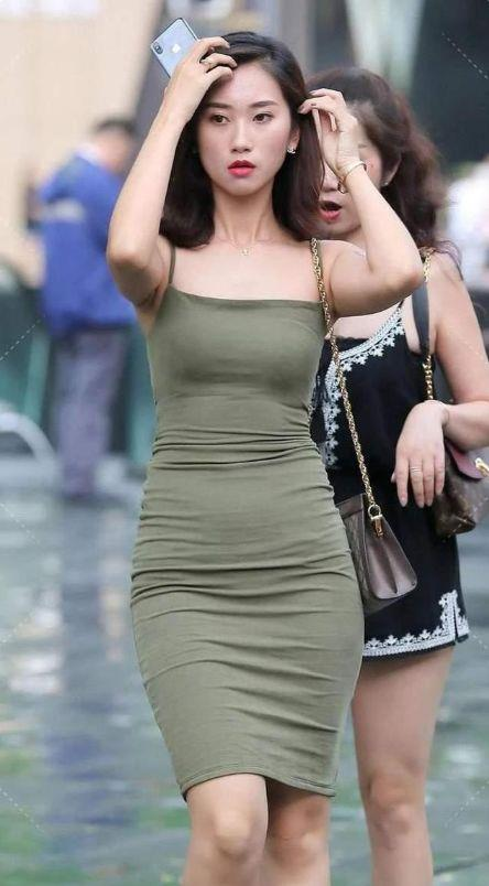 时尚街拍:气质女孩喜欢搭配裙装,优雅知性更显时尚