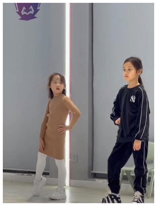 8岁甜馨上形体课视频曝光!走路带风超霸气,身高优越大长腿瞩目