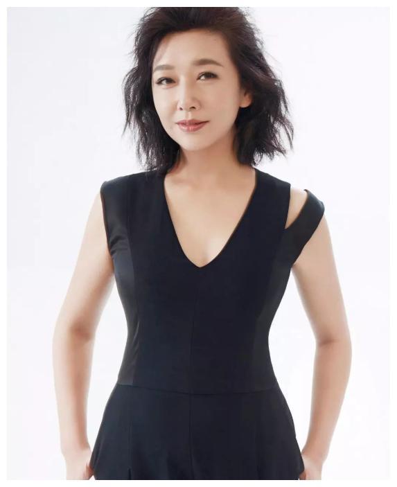 53岁演员江珊,一个月瘦了16斤,她透露一个减肥小技巧