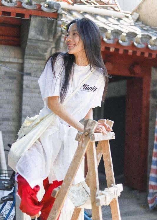 17岁被杨幂挖掘,出演火爆的《枕上书》,如今潮流girl一个