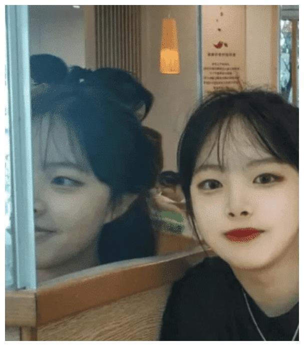 """""""网恋女友发来照片,看到镜子里的人分手了""""哈哈哈哈哈照妖镜。"""