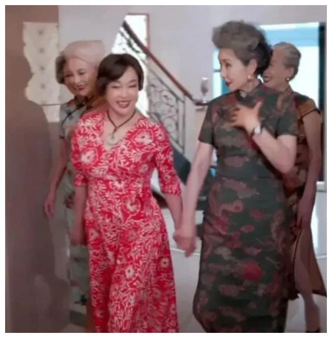 """刘晓庆仍是""""冻龄""""女神?在一堆同龄人中,她直接被比下去"""