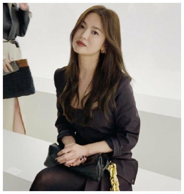 离开滤镜和美颜后的宋慧乔,出席时装周,看到了一个满血复活的她图1