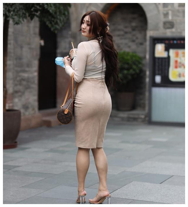 靓丽有型的连衣裙穿起来增高显瘦,穿出时尚美女的英姿,温婉可人