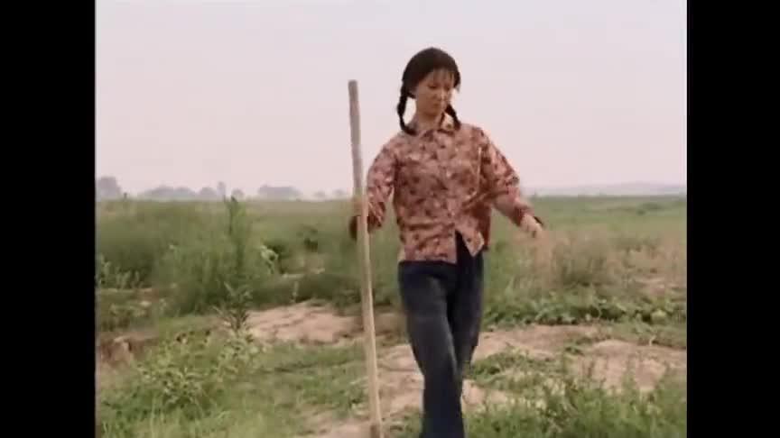 女子干完农活回家,却失足掉进了河里,被小伙救起后发现不对劲!