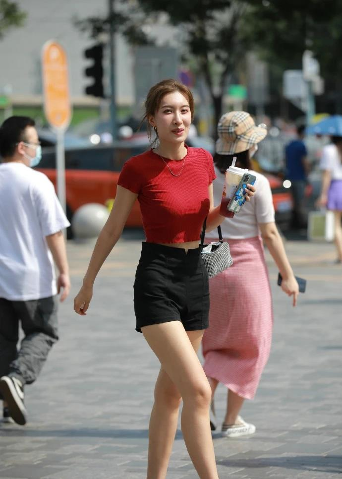 红T裇黑短裤,小姐姐穿搭这么简约,依然光彩动人