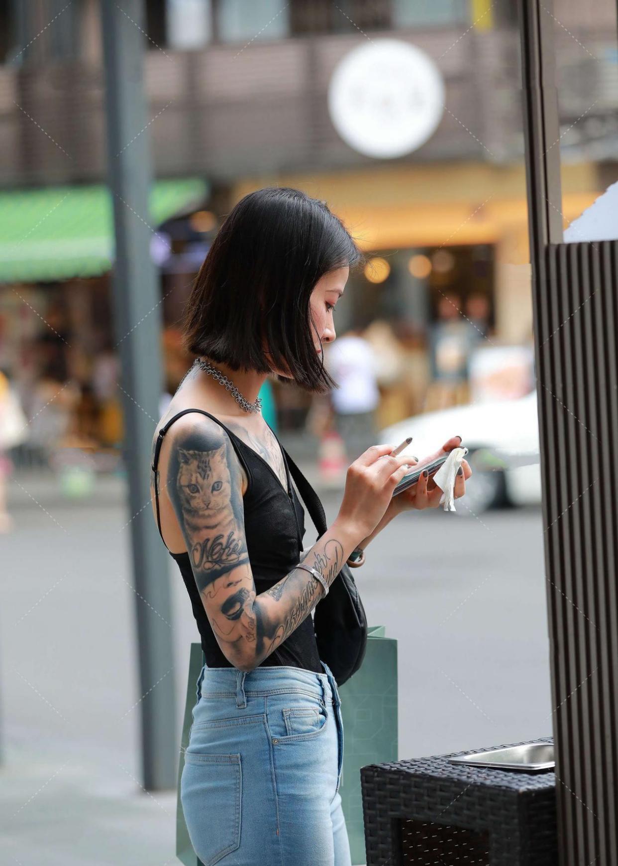 黑色无袖背心搭配浅色牛仔裤,穿出自己的风格,穿出自己的时尚