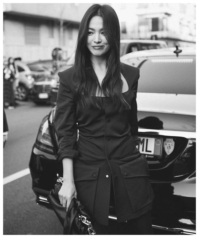 离开滤镜和美颜后的宋慧乔,出席时装周,看到了一个满血复活的她图3