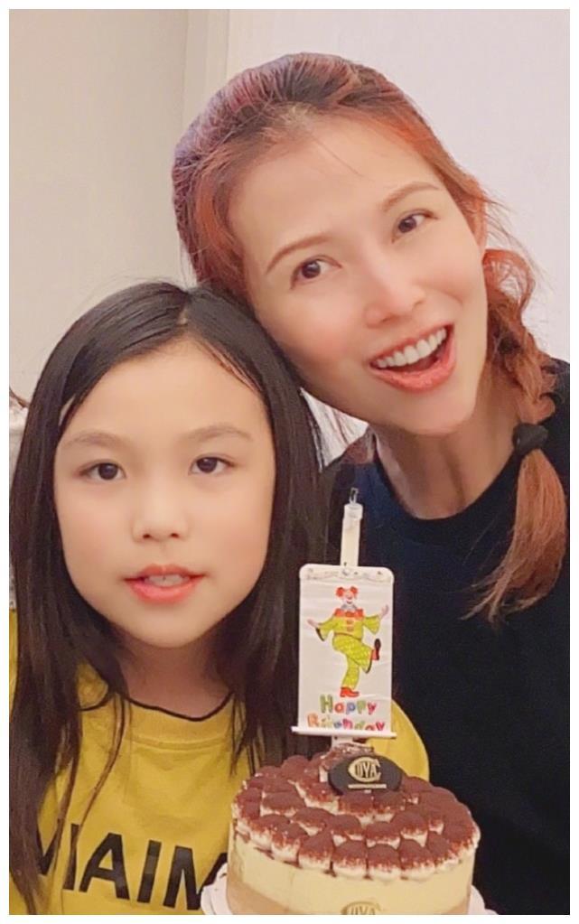 蔡少芬张晋为大女儿庆10岁生日,洪欣携女出镜