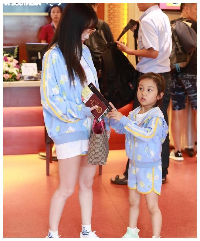 李小璐带馨爷穿亲子装亮相,开始宣誓主权,霸气秀出大长腿?