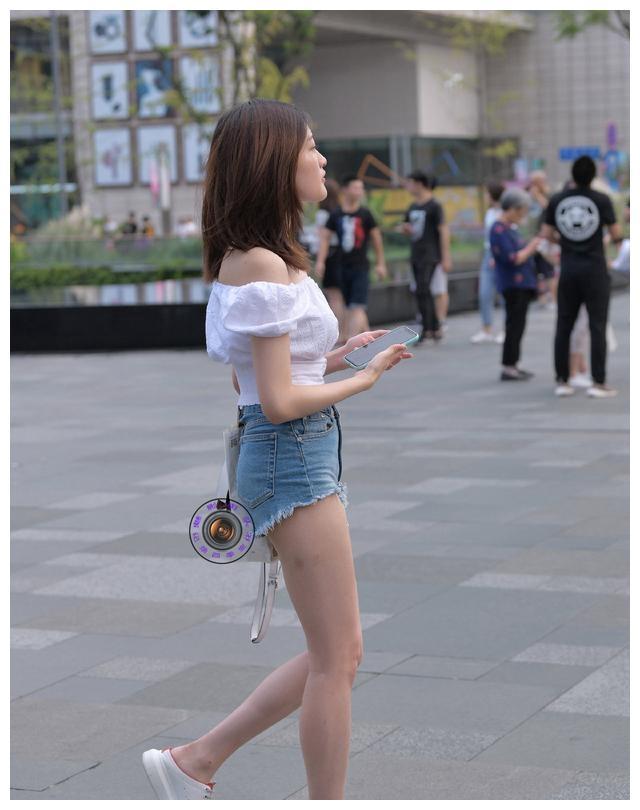 丰润紧致的打底裤美女,搭配方面更是彰显个性,随心所欲
