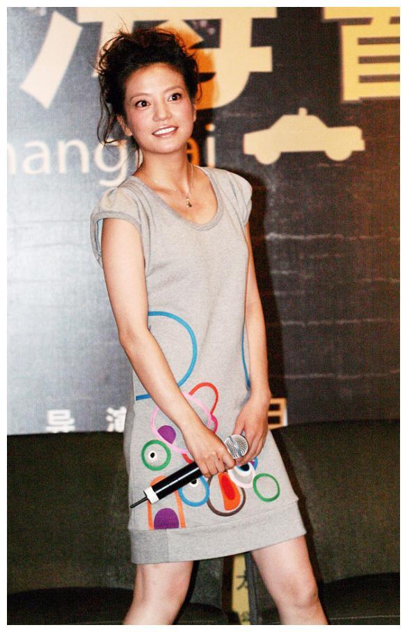 """赵薇的时尚挺难懂,穿中长裙显出粗壮的小腿,配""""鸡窝头""""真不美"""