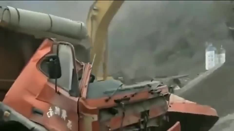 大货车司机是得罪挖掘机了吗?竟受到如此对待