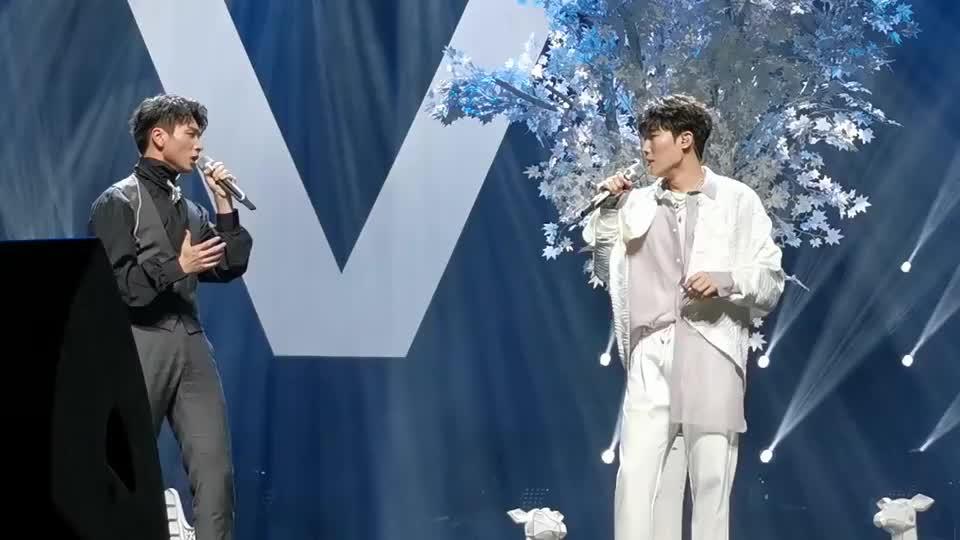 全国巡演现场,明星蔡程昱与张超合唱《真爱乐章》真是太甜了!