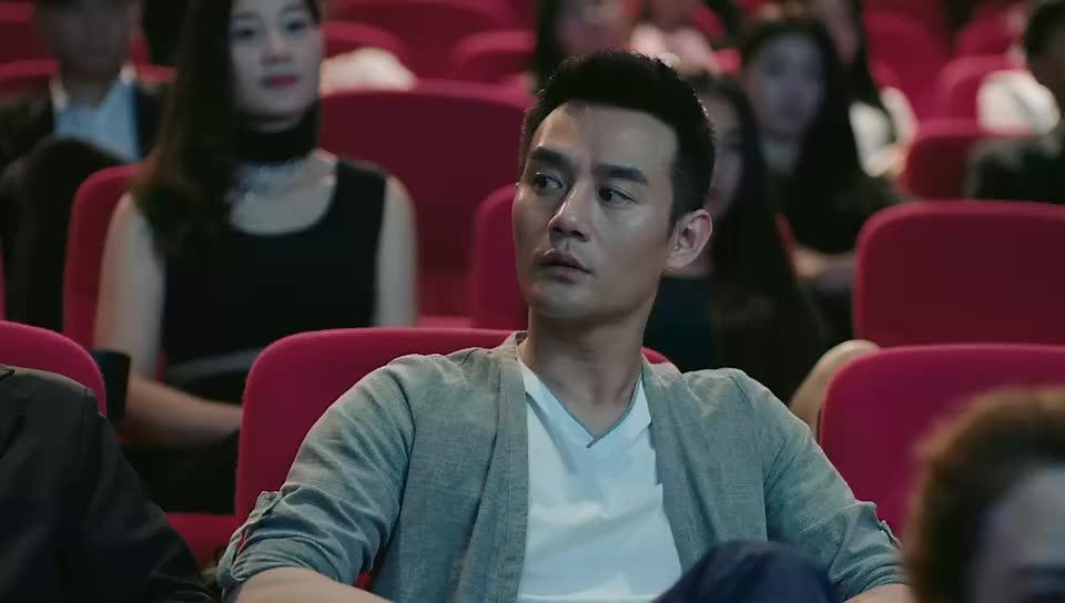 欢乐颂:赵医生什么时候变八卦了,看电影还偷拍美女,真是太逗了