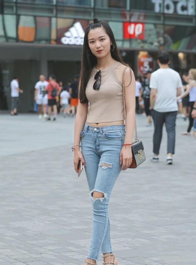 时尚:破洞牛仔裤,配上浅咖色无袖衫,清新美丽又显年轻活力