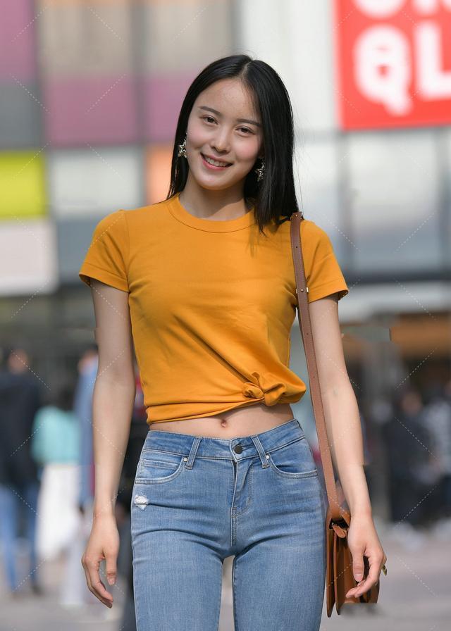 时尚:橘黄色修身T恤配牛仔裤,完美展现好身材
