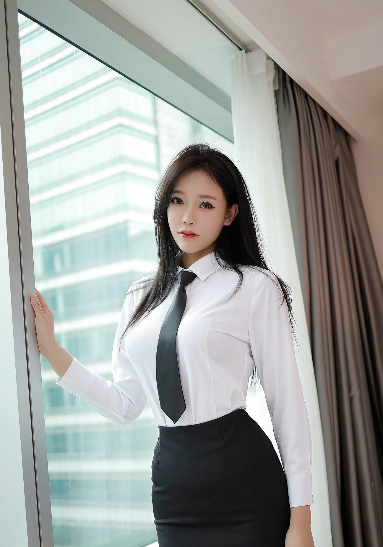 时尚:白色衬衫搭配黑色长裤或短裙,黑白是很好的配色