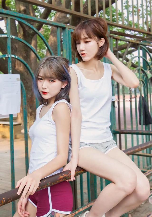 无袖白T恤搭配运动短裤,性感活泼,精致时尚