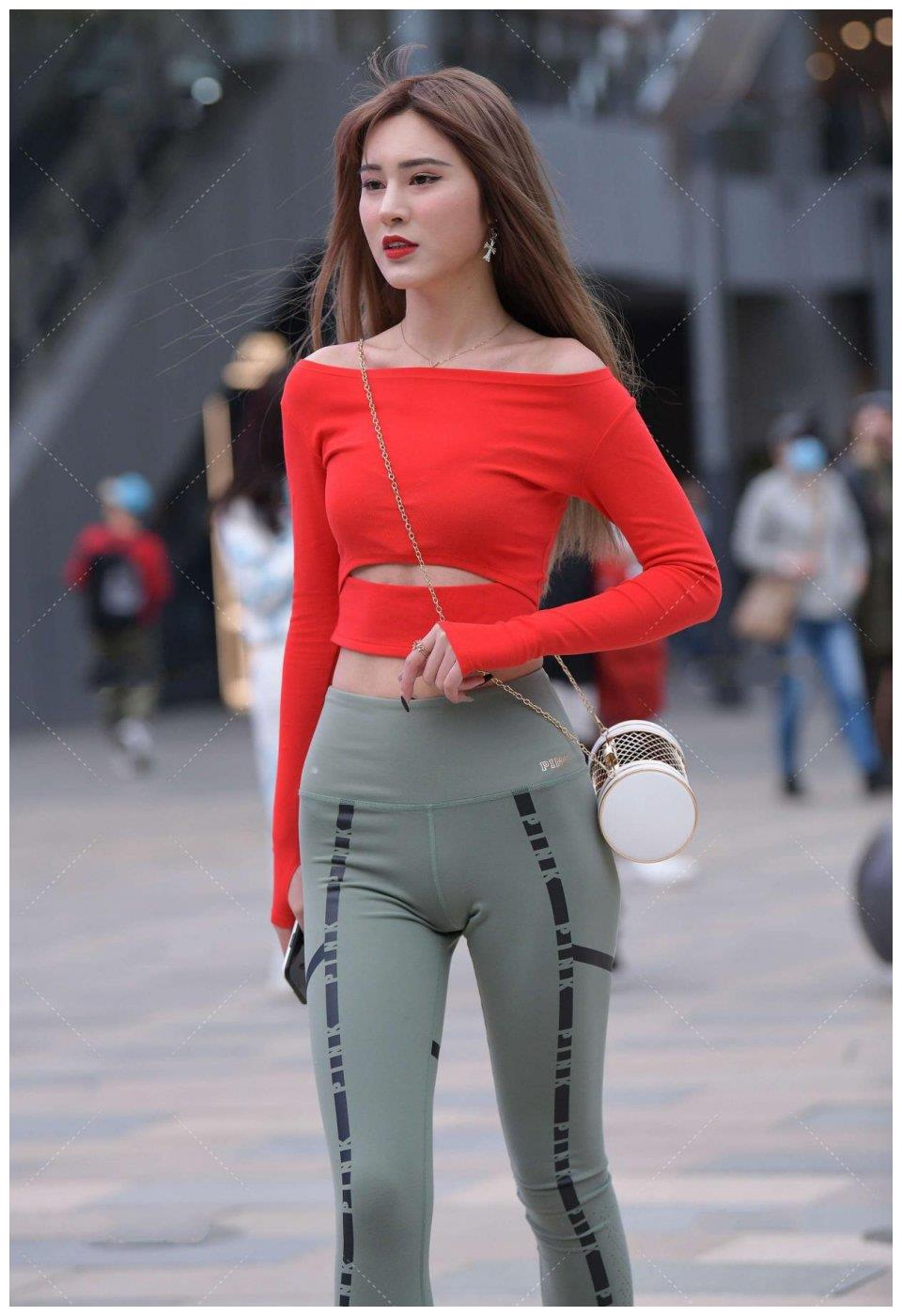 橘红色和灰绿色是非常显白的颜色,在穿搭的时候自然会轻松一些