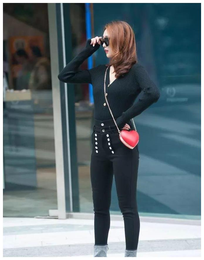 个性女生的时髦穿搭,黑色长袖衫配黑色牛仔裤,简约修身又有范