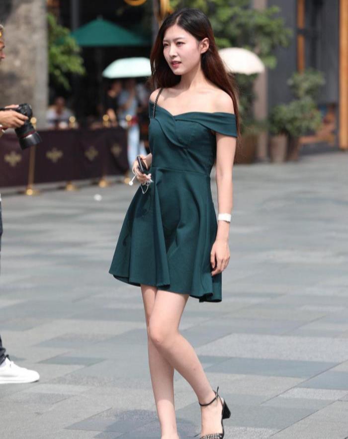 时尚街拍:一字带的高跟凉鞋,让她看上去更加清凉,有时尚气息