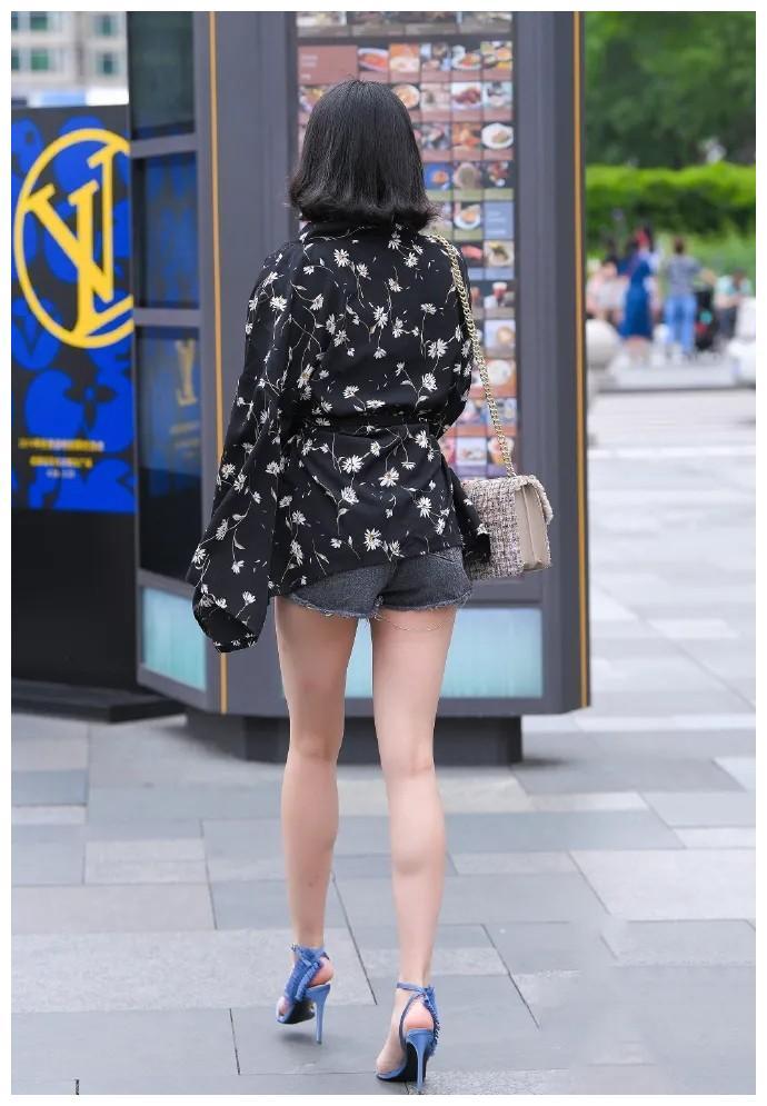 黑色波点时尚上衣,搭配破烂短款牛仔裤,穿出休闲又甜美的风格
