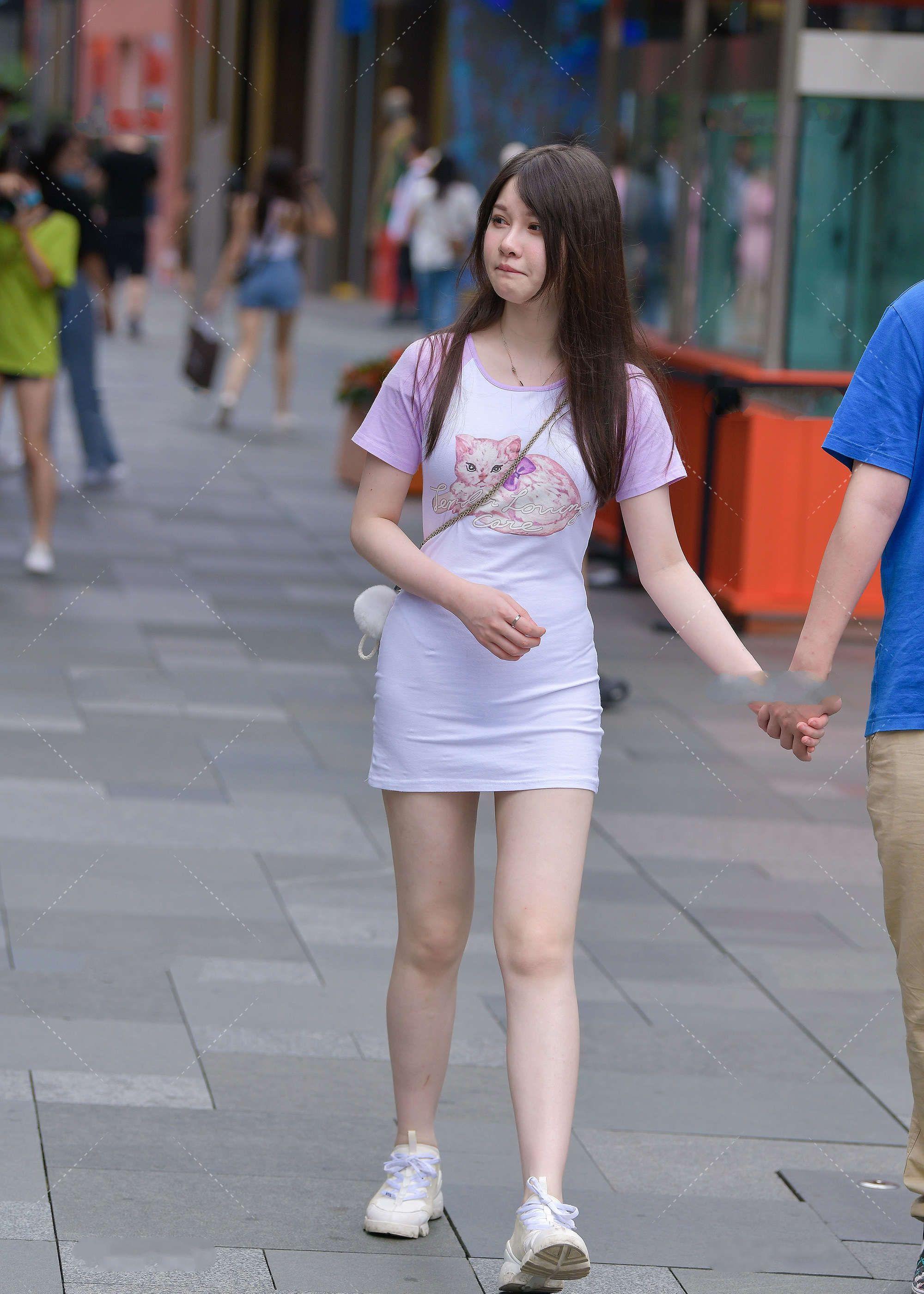 时尚街拍:一件淡紫色的T恤裙装,穿搭起来,兼具时尚感和休闲范