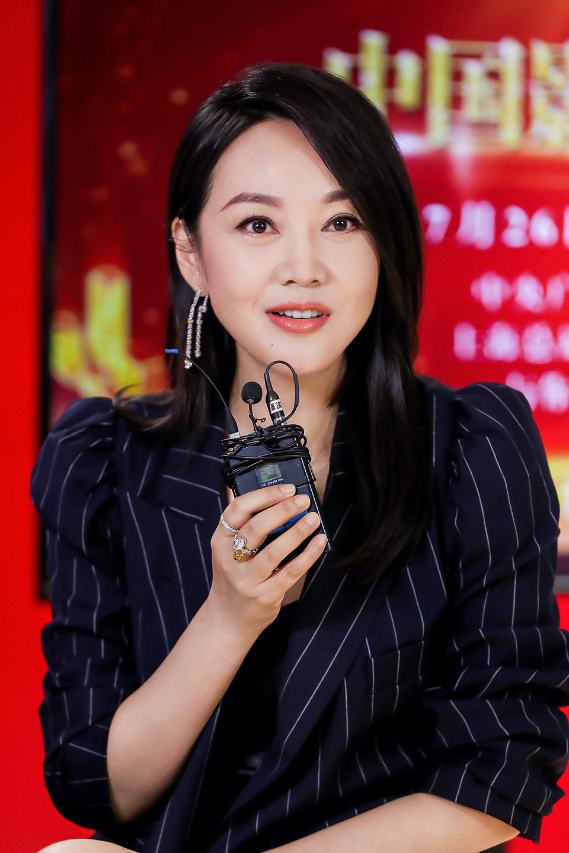 闫妮酷飒西装亮相中国影视之夜 与影院重逢后更显珍贵