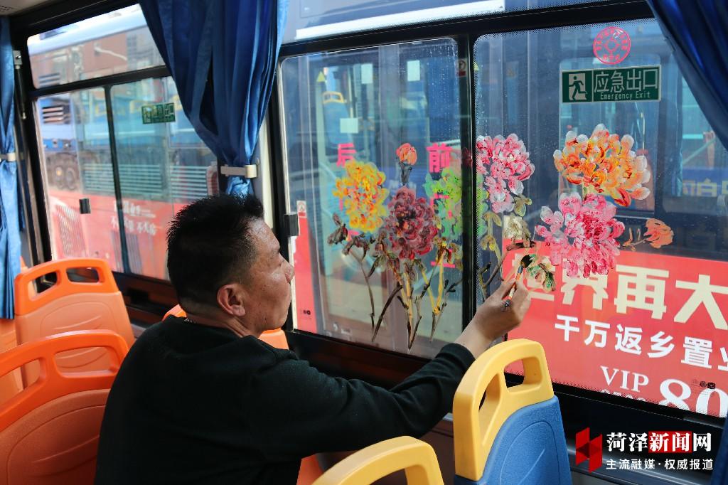牡丹主题公交车厢亮相菏泽