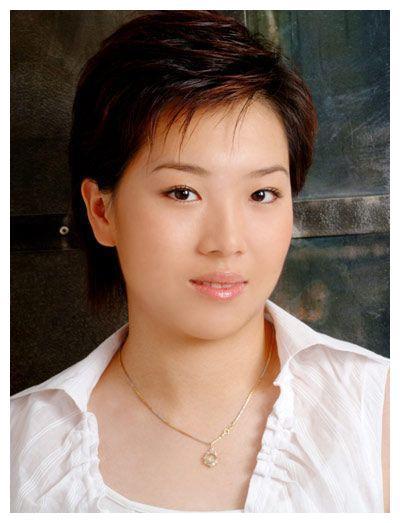 李晓霞早期写真,满脸胶原蛋白,非主流发型,看着有点中二!