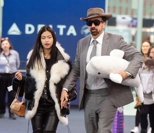 尼古拉斯·凯奇日本新女友貌似未成年 外表已成为人们关注的焦点